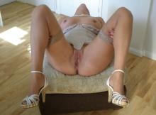 En lingerie sexy sur son son pouf