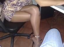 Jambes croisées en collants - Femme discrète à Nice