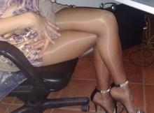 Belles jambes sexy en collants - Femme discrète à Nice