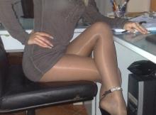 Robe courte et collants - Femme discrète à Nice