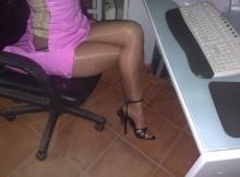 Collants et chaussures à talons - Femme discrète à Nice