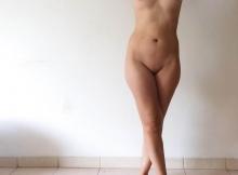 Jeune femme nue au joli corps lisse