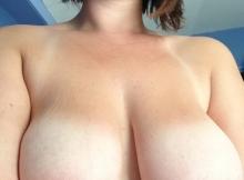 Je montre mes seins lourds et laiteux