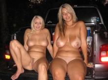 Deux copines nues - Je montre mes seins !
