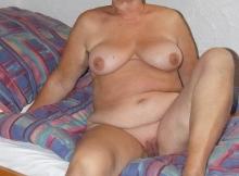 Mamie toute nue à la maison