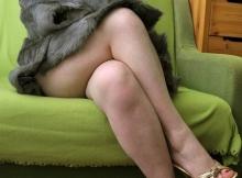 Jambes croisée, nue en dessous mon manteau