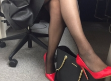 Collants et escarpins au bureau
