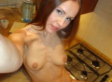 Jeune femme nue en selfie