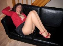 Sexy en collants sur le canapé - Femme mûre Dijon