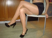 Jambes croisées en collants - Femme cougar de Nantes