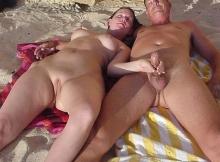 Elle branle son mari à la plage