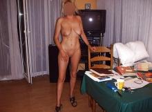 Toute nue dans la salle à manger - Femme mature Dijon