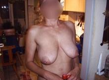 Seins à l'air chez moi - Femme mature Dijon