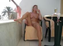 Champagne et nudité - Femme divorcée chaude