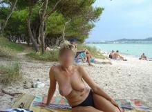 Plage naturiste, seins à l'air - Femme retraitée Montpellier