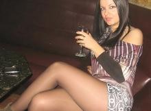 Dans un bar de nuit - Femme en mini-jupe