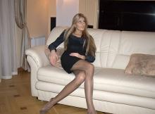 En collants sur le canapé - Femme en mini-jupe