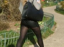 Dans le parc public - Femme en mini-jupe