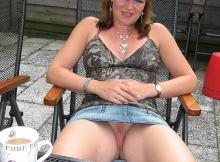 Chatte à l'air - Femme en mini-jupe