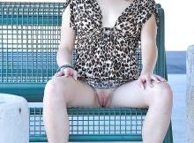 Montre ma chatte sur un banc public - Femme en mini-jupe