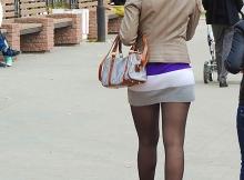 En pleine rue - Femme en mini-jupe
