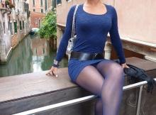 Photo de vacances sur un pont - Femme en mini-jupe