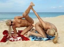 On s'emmanche entre copine sur la plage - Sexe insolite