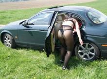 Se met en collant dans la voiture - Sexe insolite