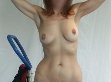 Debout, seins nus - Femme cougar de Nice