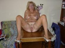 Jambes écartées - Femme retraitée