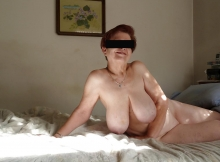 Allongée sur le lit, excitée - Mature gros seins