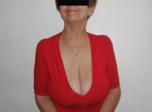 Robe rouge et decolleté plongeant - Mature gros seins