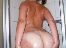 Savonne le cul sous la douche
