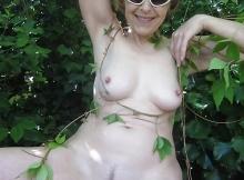 Nue en extérieur, femme peau très claire