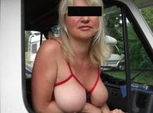 Les seins par dessus la fenêtre du camping-car