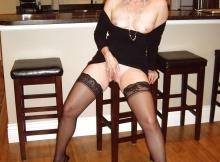 Sexy sur un tabouret - Femme cougar de Lyon