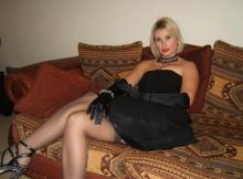 Femme sexy en robe et porte-jarretelle