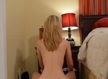 Cougar sexy à l'hôtel, accroupie en talon