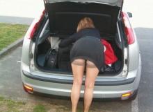 Cougar en jupe trop courte