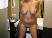 Gros seins dans la salle de bains - Femme cougar
