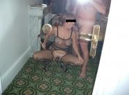 Taille une pipe dans le couloir - Femme offerte