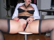 Exhib son sexe rasé - Secrétaire sexy
