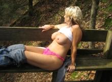 Lingerie sexy sur un banc dehors - Amatrice de sexe