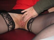 Un homme me caresse sur le siège - Femme offerte