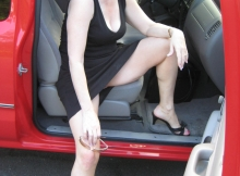 Coquine dans la voiture - Femme offerte