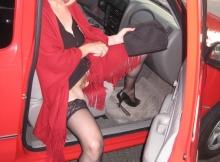Chatte à l'air dans la voiture - Femme offerte