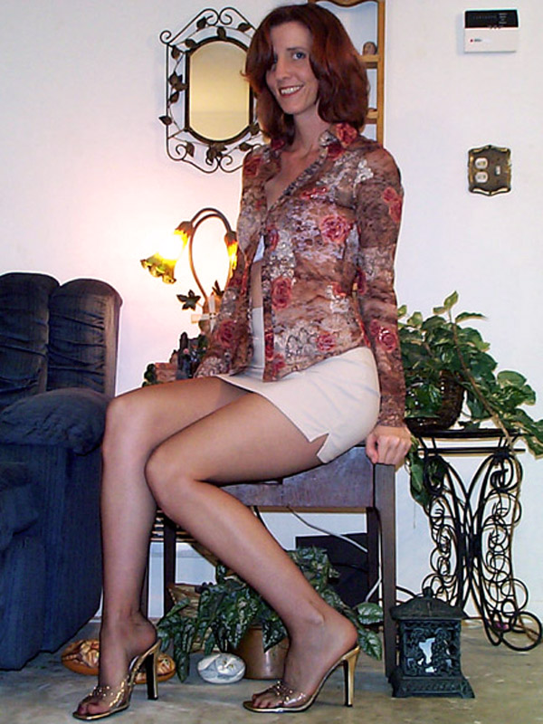 Blonde pulpeuse en bottes de cuir se fait prendre sur le lit - 2 8