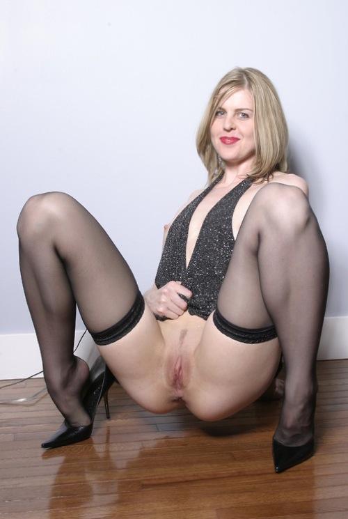 Blonde pulpeuse en bottes de cuir se fait prendre sur le lit - 4 8