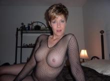 Beaux seins dans un bustier transparent