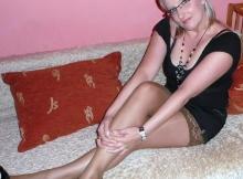Femme mûre sexy (50ans) : bas nylon sur le lit